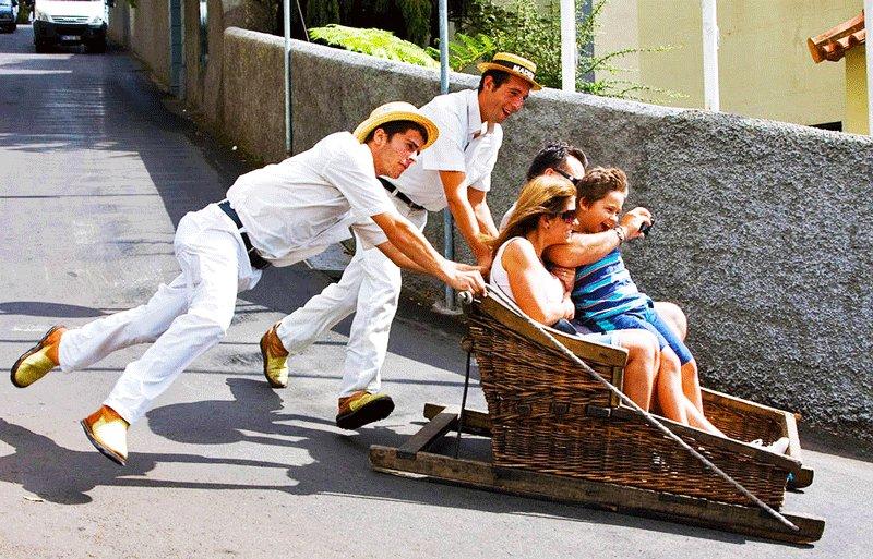 Как прокатиться на деревянных санях тобогган по асфальту на Мадейре