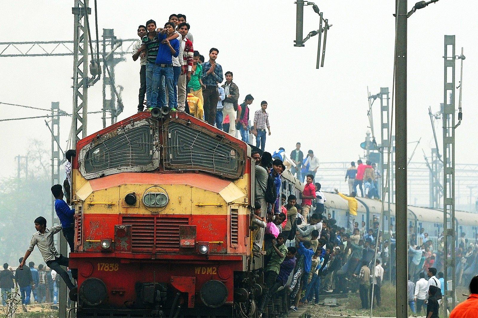 поезда в индии с людьми фото разглядывать